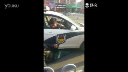 男子碰瓷找上警车想讹警察