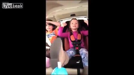 妈妈手机拍摄孩子们时发生车祸