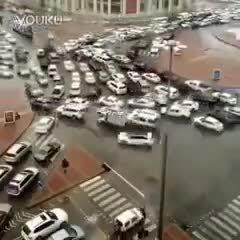 这十字路口司机们肯定都疯了