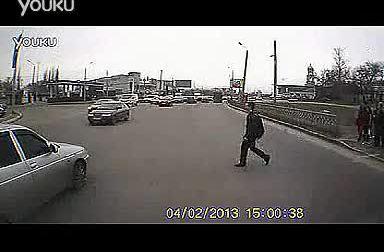 小伙闯红灯横穿马路搞笑一幕