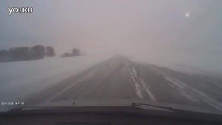 大雪天超速驾驶撞上铲雪车