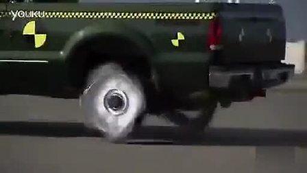见过福特皮卡装正方形轮胎驾驶的吗