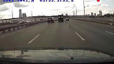 小车飞速把前面的卡车铲倒,太凶残了!