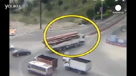 两米深坑吞噬轿车 司机10秒惊魂逃生!