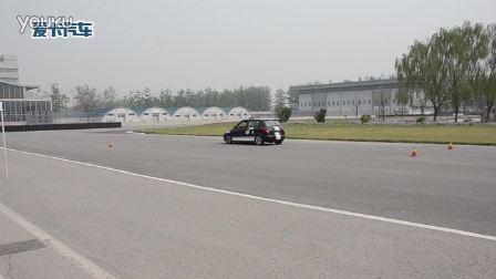 教练亲自驾驶赛车 示范刹车动作