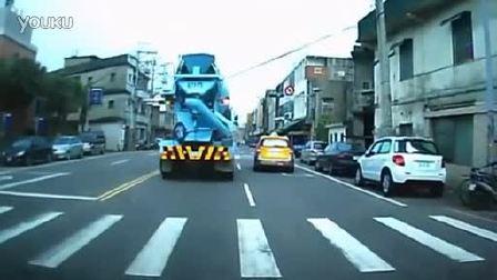 外国水泥车司机礼让并搀扶老太太过马路
