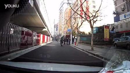 停车偶遇MM开车门撞电动车意外