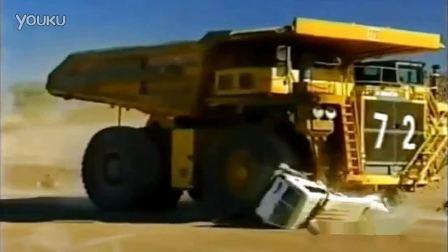 真是惨不忍睹 巨型卡车轻易粉碎越野车