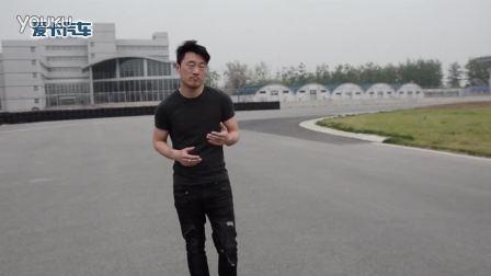 教练刘洋带领学员走赛道