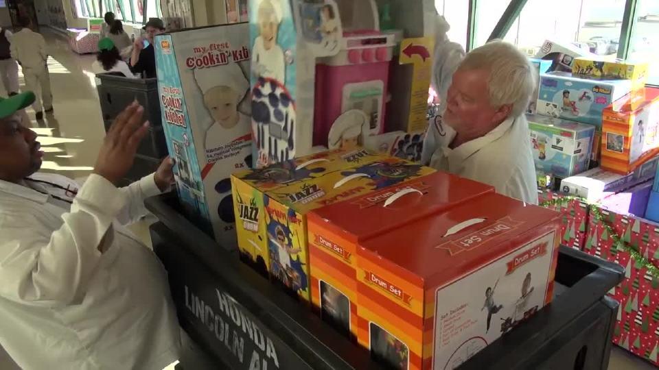 本田工厂献爱心 巨量玩具送儿童