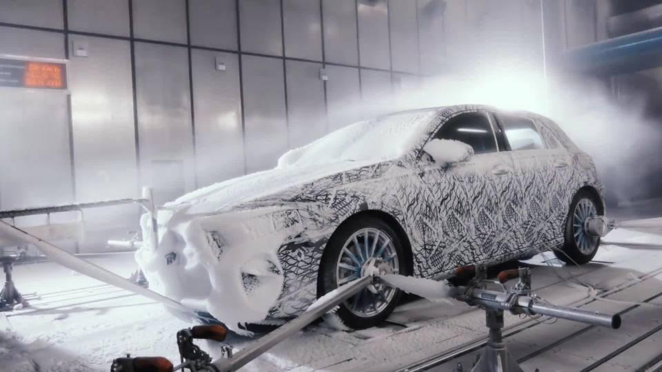 全新梅赛德斯-奔驰A级:冬季测试预告片