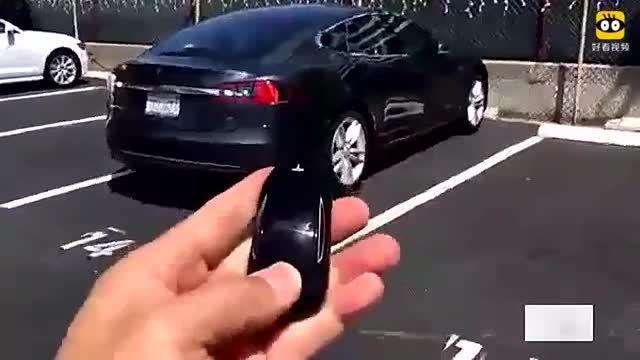 女司机掏出特斯拉的钥匙一按,体验一下特斯拉的高科技吧