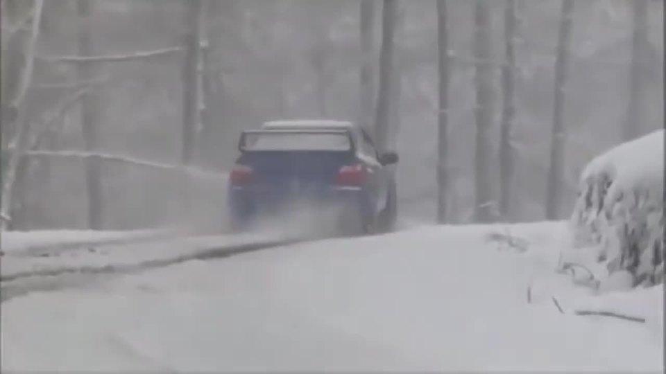 斯巴鲁WRX STI雪中驱动漂移