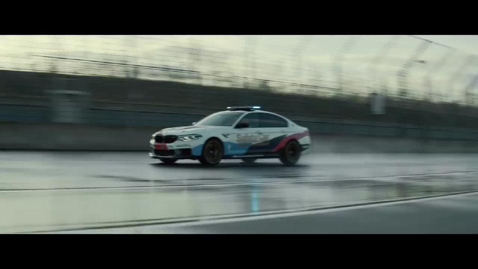 宝马M5 高性能带给你更高的驾驶乐趣