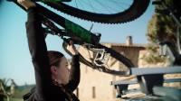 斯柯达柯珞克展示 如何把自行车装车顶