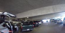 特斯拉Model X在低矮停车场里鹰翼门的神奇应用