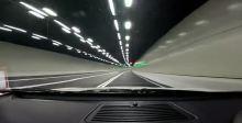 玛莎拉蒂Quattroporte Sport GTS在拉动时进出隧道